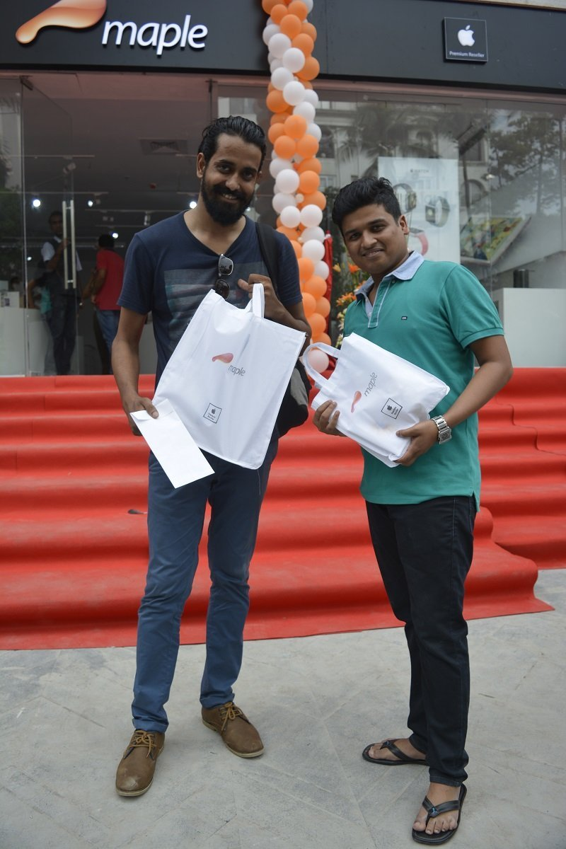 happy coustomers buying apple products